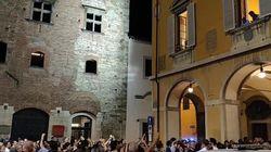 A Prato il candidato dem vince al ballottaggio. E la piazza canta