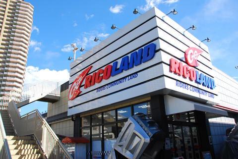 Ricoland東雲店專門販售重機人身部品,實惠價格吸引許多到訪台場的車迷。(圖/長汎假期)