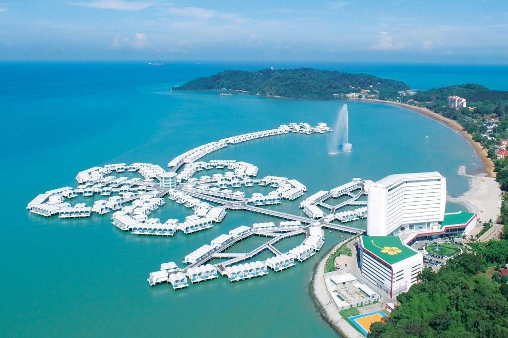 紅花海上度假村以獨棟VILLA排出一朵馬來西亞國花「朱槿花」。(圖/長汎假期)