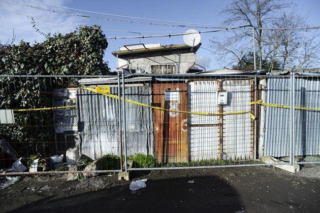La polizia va a sgomberare una baraccopoli a Roma, ma era un set