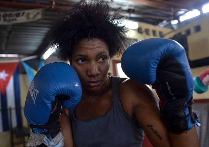 La boxe est toujours interdite aux femmes à Cuba. Mais pas l'haltérophilie.