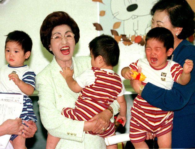 김대중 전 대통령 재임기간 중 일본 적십자사 보육원을 방문했을 당시의