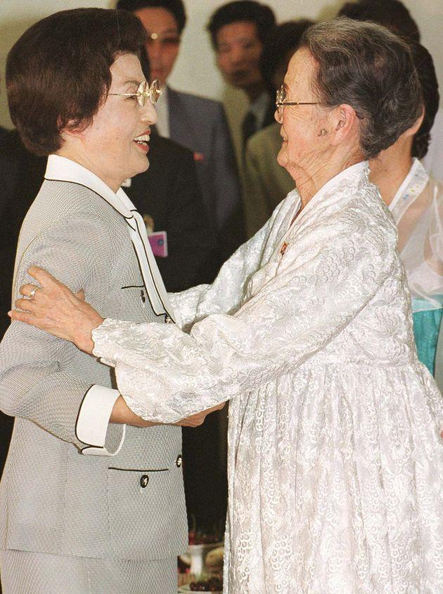 2000년 6월 14일, 방북 일정 중 고교 재학 시절 수학 선생님이었던 김지한씨(당시 85세)를 만난 이희호 당시