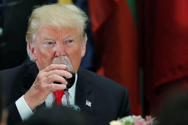 Donald Trump buvant du Coca dans un verre à vin lors de la 73 session de l'Assemblée des...
