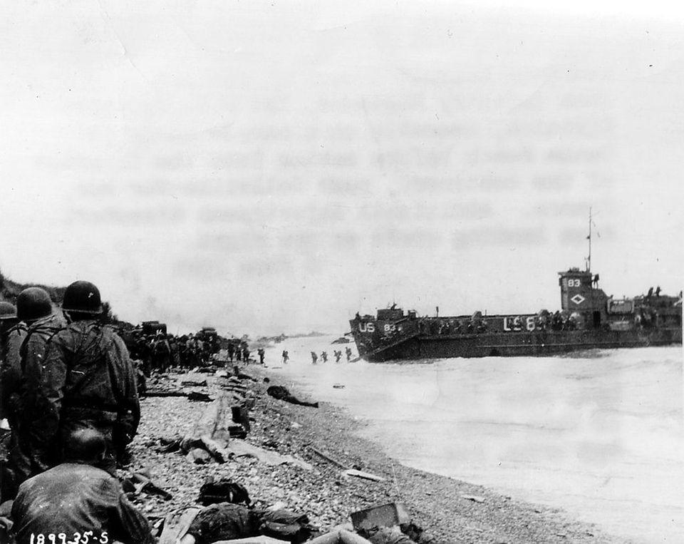 Αμερικανοί στρατιώτες αποβιβάζονται στην Ακτή Ομάχα κατά τη διάρκεια της απόβασης στη Νορμανδία. Σε αυτή την ακτή είχαν τις περισσότερες απώλειες κατά την ημέρα της εισβολής.