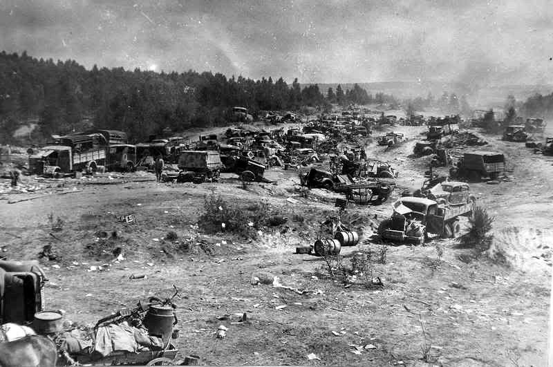 Φάλαγγα κατεστραμμένων γερμανικών οχημάτων κάπου στη Λευκορωσία. Οι γερμανικές απώλειες ήταν τεράστιες κατά την επιχείρηση