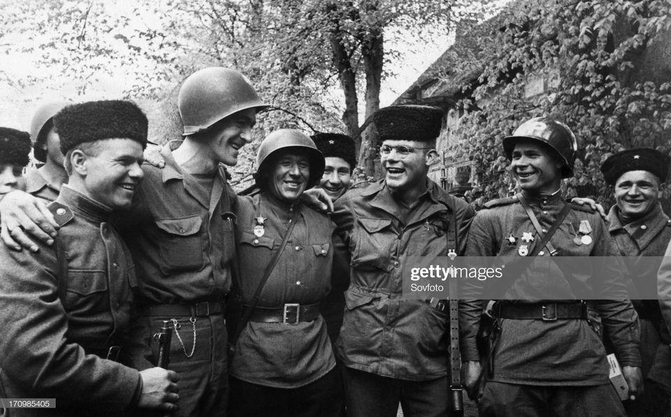 Σοβιετικοί και Αμερικανοί στρατιώτες συναντιούνται στον ποταμό Έλβα. Η χαρά όλων για τη νίκη είναι έκδηλη. Ωστόσο, δεν θα διαρκούσε για πολύ.