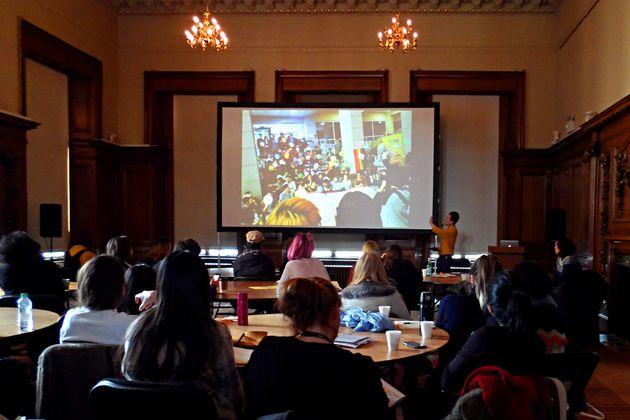 런던의 첼시 예술 대학에서 초청 강연중인