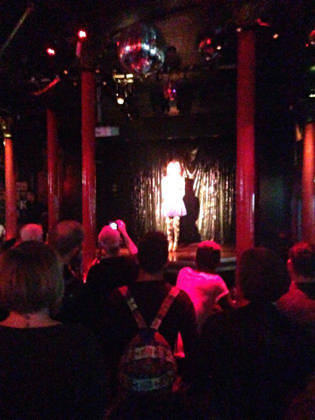 깊은 역사를 자랑하는 공연장인 Royal Vauxhall Tavern에서 공연하고 있는