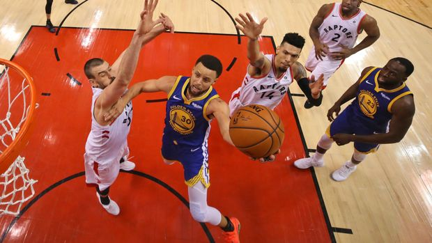 Golden State Warriors' Stephen Curry (30) drives to the basket between Toronto Raptors' Marc Gasol, left, and Danny Green (14) during Game 1 of basketball's NBA Finals, Thursday, May 30, 2019, in Toronto. (Gregory Shamus/Pool Photo via AP)