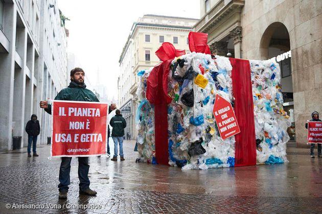 소비가 극대화되는 블랙프라이데이(Black Friday)를 맞아 그린피스 이탈리아 활동가가 일회용 플라스틱 소비에 대한 경종을 울리는 퍼포먼스를 벌이고 있다
