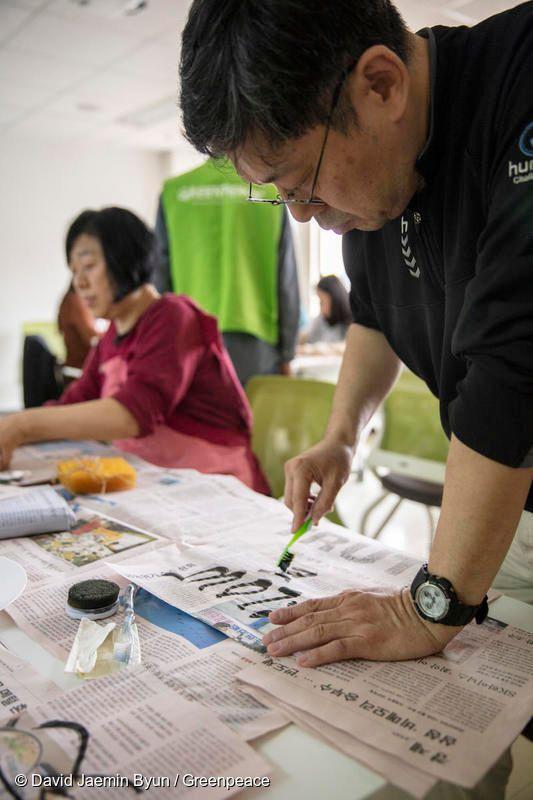 버려지는 플라스틱 소품으로 캘리그라피를 연습하고 있는 참가자
