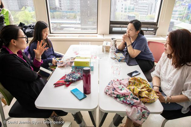 포장재에 대한 개인의 이야기를 나누고 있는 참가자들