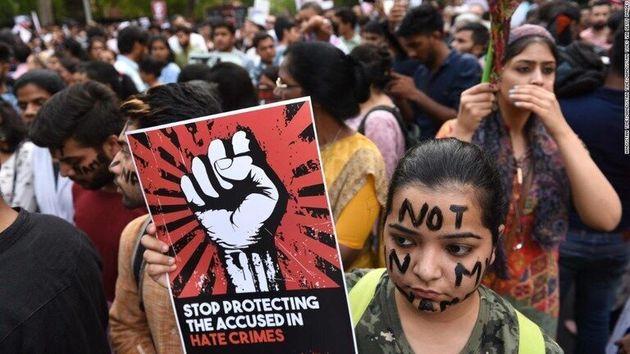 少女が集団レイプされ死亡したことを契機に行われた性的暴行に抗議するデモ活動