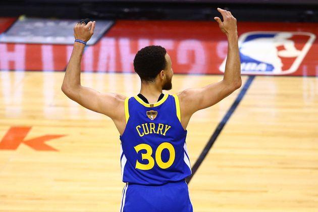 Los Warriors ganan a los Raptors y mantienen viva la final de la NBA