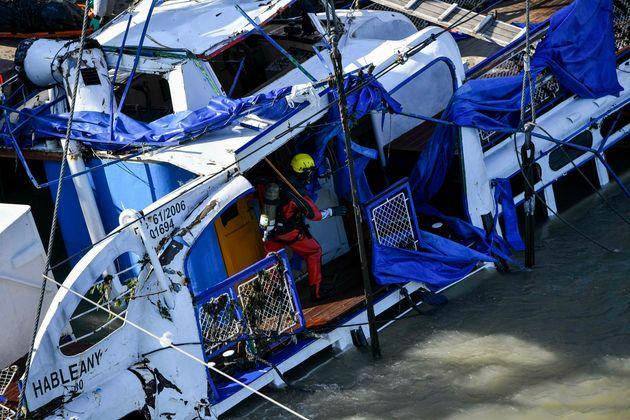 인양된 침몰 유람선에서 시신 4구가 수습됐다 (현장