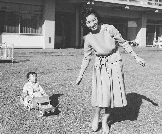 満1歳の誕生日を前にした浩宮さまと庭先で遊ばれる美智子さま=1961年2月、東京都港区の東宮御所