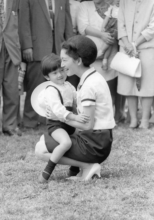 学習院幼稚園の遠足で小石川植物園を訪れた浩宮さまと美智子さま=東京都文京区 撮影日:1964年05月22日