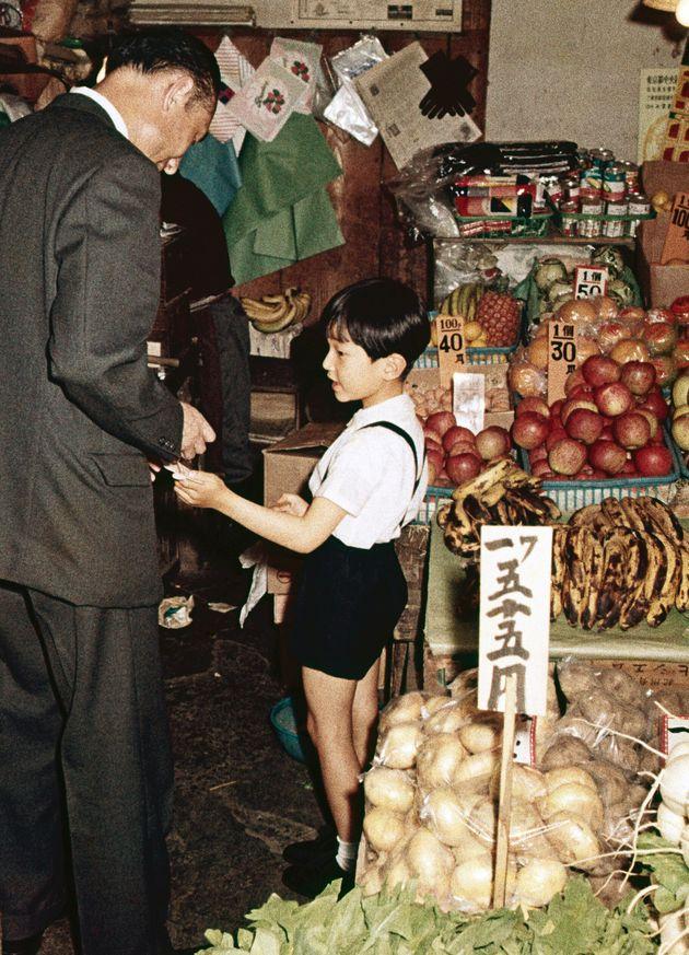 バナナやリンゴを買われる浩宮さま=1967年5月、東京都港区の赤坂の一ツ木通り商店街(宮内庁撮影)