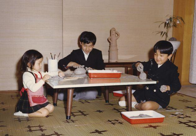 幼い頃、礼宮さま(秋篠宮さま)、紀宮さま(黒田清子さん)と粘土遊びをされる浩宮さま=1972年11月、東京都港区の東宮御所(宮内庁提供)