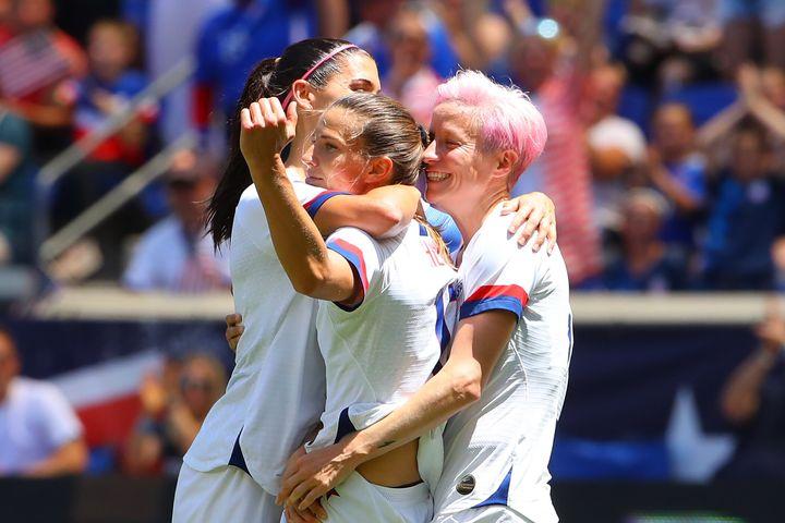 À droite, Megan Rapinoe, l'une des joueuses les plus engagées de l'équipe, tant pour l'égalité des salaires que pour les droits des personnes LGBTQ.