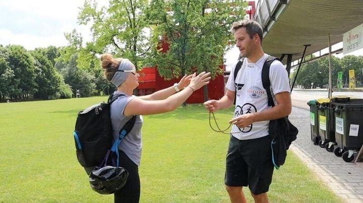 Accompagnée d'un guide, la compétitrice devra faire 500m de natation, 10km de vélo et 5km de course à pied.