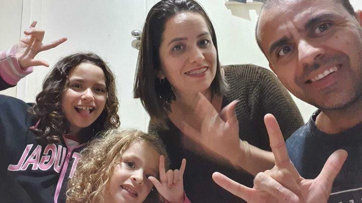 Isabella (&agrave; esquerda), que completa 10 anos no mesmo dia em que <i>La&ccedil;os</i> estreia, com a irm&atilde; mais nova e os pais.
