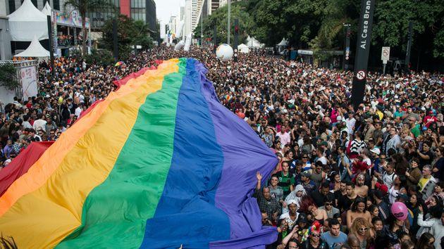 Cerca de 3 milhões de pessoas ocupam a Avenida Paulista na Parada LGBT de São