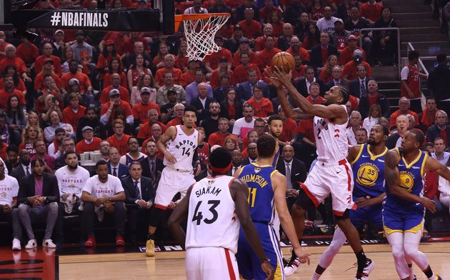 Toronto Raptors forward Kawhi Leonard (2) goes to the basket as the Toronto Raptors lose to the Golden...