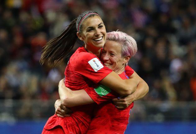 Alex Morgan, de 29 anos, comemora gol em partida da Copa feminina com a jogadora Megan