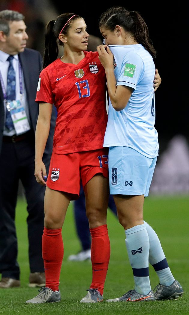 Alex Morgan conforta a também jogadora Miranda Nild, da