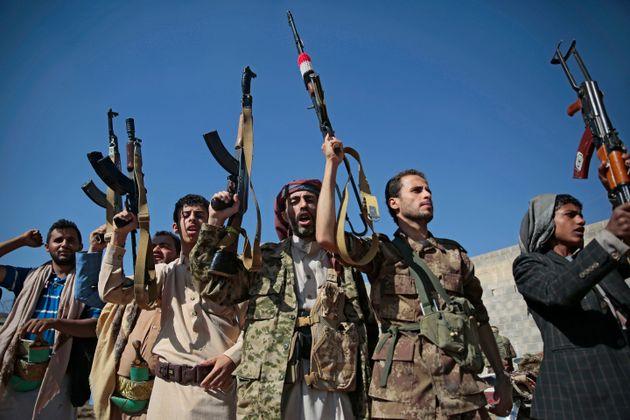 Οι αντάρτες Χούθι έπληξαν με πύραυλο σαουδαραβικό