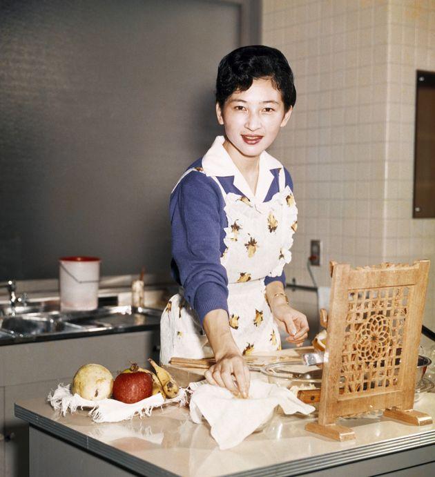 皇太子妃時代、キッチンに立たれる美智子さま。お子さま方の弁当など、手料理を作られた=1961年10月、東京都港区の東宮御所