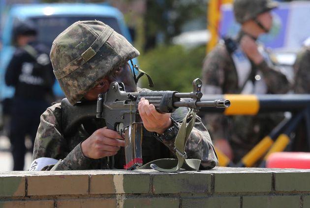 도로에서 K2 소총이 발견돼 행인이