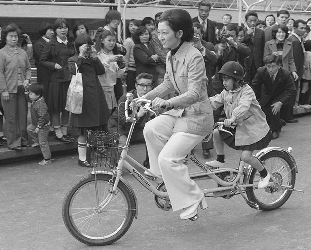 学習院幼稚園の卒業遠足で「こどもの国」を訪れ、紀宮さま(黒田清子さん)と2人乗り自転車に乗られる皇后さま=1976年3月、横浜市青葉区