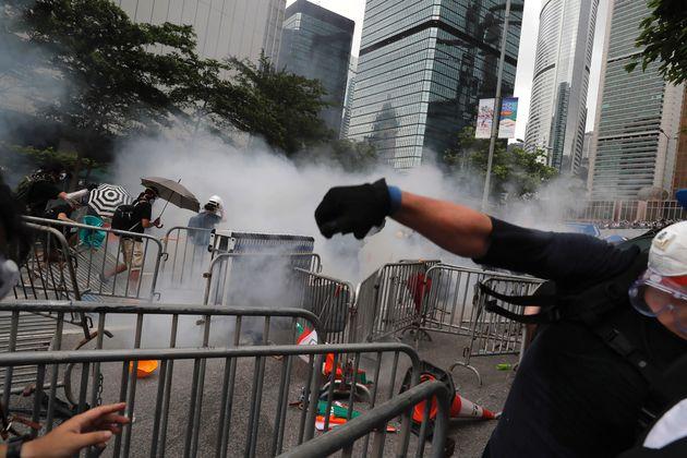 Εκτεταμένα επεισόδια στο Χονγκ Κονγκ: Συγκρούσεις μεταξύ διαδηλωτών και