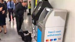 In una metro di Londra un bancomat è impazzito e ha
