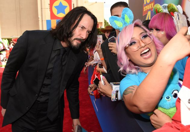 People Are Praising Keanu Reeves' Hands-Off Photos With