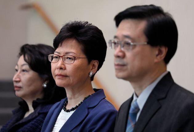 John Lee, secretario de Seguridad de Hong Kong (derecha), Carrie Lam, jefa ejecutiva de Hong Kong (centro)...