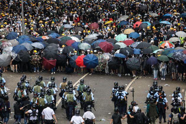 Las impactantes imágenes del enfrentamiento entre manifestantes y policía en Hong