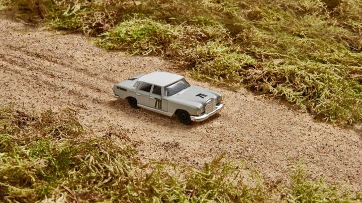 Mercedes-Benz USA and Mattel created a replica of the carSwedish racing championEwy Rosqvist drove in her historic 1962 Argentinian Grand Prix performance.