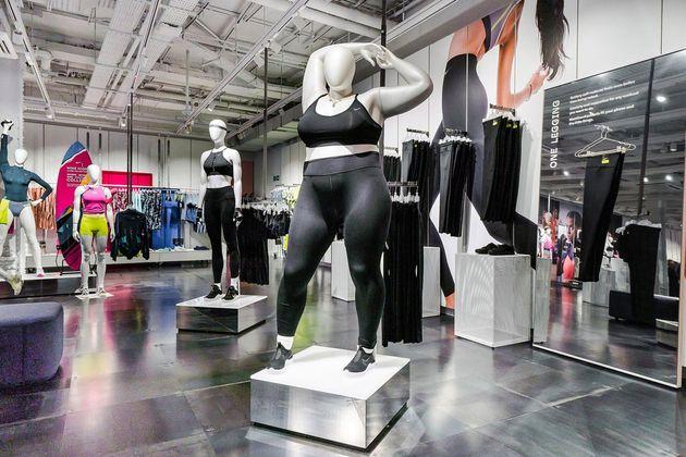 Des mannequins Nike avec des formes décrits comme