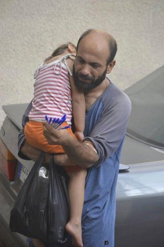 Syrian Refugee Selling Pens While Holding Daughter Says He Will Help Others With Money