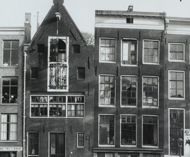 A família de Anne Frank viveu escondida no anexo atrás do estabelecimento comercial de...
