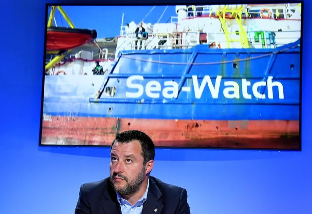 La Sea Watch salva 50 migranti. Salvini: