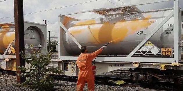 Profitant d'un arrêt en gare de Vierzon, les activistes écologistes de Greenpeace ont entrepris...