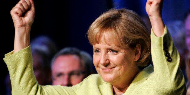Bundeskanzlerin Angela Merkel zeigt am Dienstag, 1. September 2009, nach ihrer Rede auf einer Wahlkampfveranstaltung...