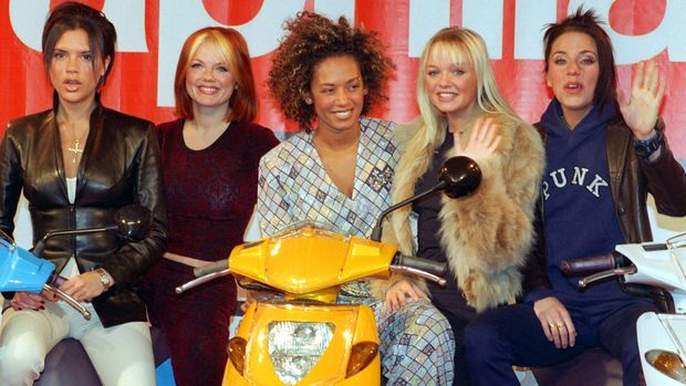 The Spice Girls, a British pop band, from left to right, Victoria, Geri, Mel B, Emma and Mel C, posing for photographers in Munich, pictured on 26th March 1998. Credit: DPA/MediaPunch ***FOR USA ONLY***/IPX