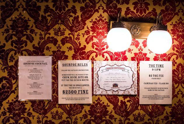 Liste des règlements affichés sur le mur du Downtown Hotel de Dawson