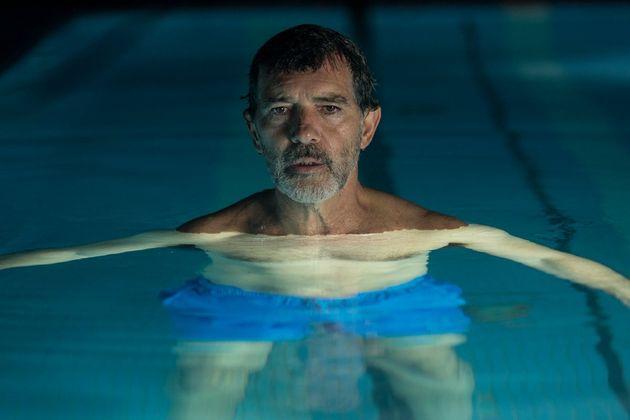 Antonio Banderas como o diretor em crise Salvador Mallo, alter-ego de Pedro
